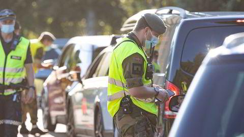 Mannskap fra politi og Heimevernet sjekker persontrafikken på Gamlebrua på Svinesund under pandemien.