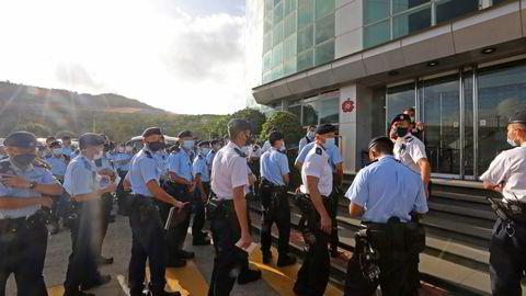 Over 200 politifolk troppet opp foran redaksjonslokalene til Apple Daily i Hongkong torsdag morgen. Sjefredaktøren og resten av toppledelsen ble arrestert hjemme før daggry.