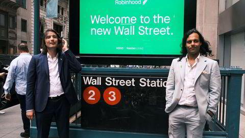 Robinhood-gründerne Baiju Bhatt (til høyre) og Vlad Tenev stilte til fotografering på Wall Street i forbindelse med børsnoteringen torsdag, Møtet med Wall Street ble tøft.