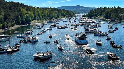 Båtene lå tett i tett i Middagsbukta i indre Oslofjorden lørdag da sommervarmen endelig kom.