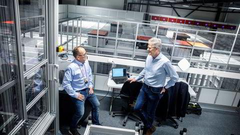 Selskapet Autostore utvikler robotsystemer for vareplukking. Produktsjef Ivar Fjeldheim (t.v.) med konsernsjef Karl Johan Lier i selskapets 35 grader varme testhall.