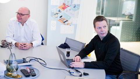 Pandemien har økt interessen for luftkvalitetsmålere, og nå har Airthings fått en kjempeavtale innen skolesektoren. Her er eier og styremedlem Geir Førre (til v.) sammen med administrerende direktør Øyvind Birkenes.