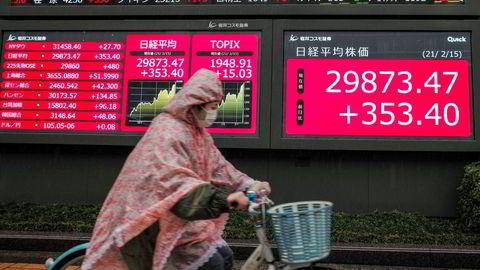 Nikkei 2155-indeksen ved Tokyo-børsen brøt gjennom den psykologisk viktige 30.000-grensen i noen sekunder mandag morgen – for første gang siden august 1990. Dette kom samme dag som Japan la frem solide økonomiske statistikker for fjorårets fjerde kvartal.
