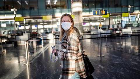 Vaksinepass kan gi håp om åpning av reiser internt i EU før sommeren, men først må flere usikkerhetsmomenter ryddes av banen. Her er Neea Karsikas på vei til utenlandsterminalen på Gardermoen like før jul.