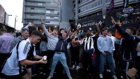 Det var vill jubel utenfor Newcastles stadion St James' Park torsdag kveld, etter det ble kjent at klubben er kjøpt opp av Saudi-Arabias statlige investeringsfodn.