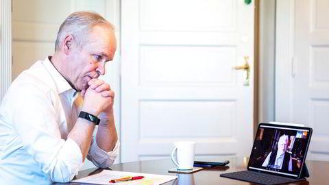 I en videosamtale får finansminister Jan Tore Sanner (H) en forsmak på hva utvalgsleder Jon Gunnar Pedersen vil legge frem som en del av perspektivmeldingen fredag.
