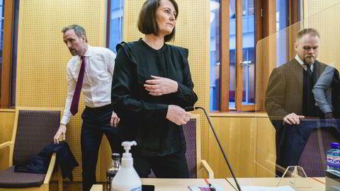 Line Andersen med advokatene Jostein Jenssen (til høyre) og Tron Dalheim i Oslo tingrett der hun går til privat søksmål mot sin arbeidsgiver NRK.