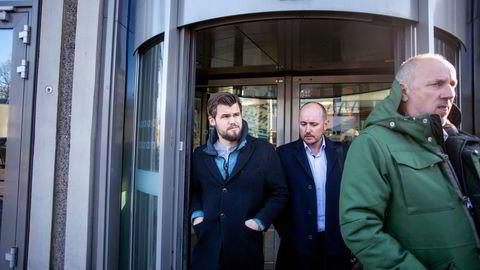 Play Magnus-sjef Andreas Thome i samtale med Magnus Carlsen (til venstre), og Carlsens manager Espen Agdestein (høyre), avbildet ved en tidligere anledning.