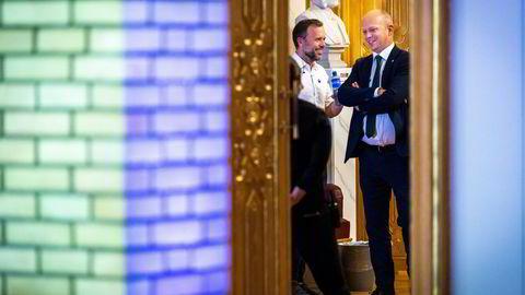 Audun Lysbakken (til venstre) og Trygve Slagsvold Vedum i lystig prat før den avsluttende partilederdebatten på Stortinget etter valgresultatet var klart.