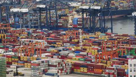 Det fryktes en gjentakelse av kaoset som oppstod etter at Yantian-havnen i Shenzhen i Kina ble stengt tidligere i sommer. Nå er deler av containeravnen Ningbo Zhoushan stengt etter at en fullvaksinert havnearbeider har fått påvist koronasmitte. Konsekvensene kan snart merkes i hele verden.