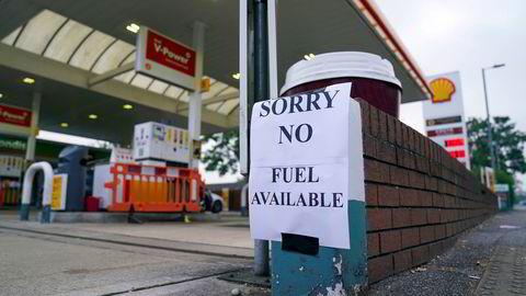 Oljeprisen stiger markant. I Storbritannia går nå bensinstasjonene tomme for drivstoff på grunn av forsyningsproblemer, som her i Bracknell i England i helgen.