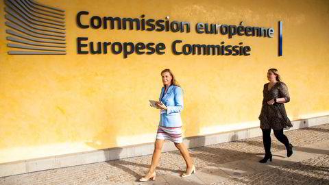 EU-kommissær for energi, Kadri Simson (t.v.), og olje- og energiminister Tina Bru kommer ut av Europakommisjonsbygget Berlaymont i Brussel etter sitt møte fredag.