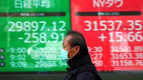 Nikkei-indeksen ved Tokyo-børsen har falt under 30.000-nivået. Høye renter og usikkerhet rundt teknologisektoren sender Asia-børsene lavere på fredag.