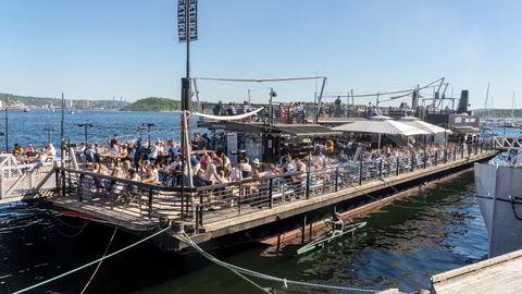 Hovedstadens innbyggere trakk til sjø og vann og koste seg i varmen i helgen. Her fra Lekteren restaurant på Aker Brygge, der køen utenfor tidvis var svært lang.