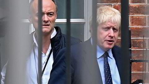 Det er nå iskaldt mellom statsminister Boris Johnson og hans tidligere nærmeste rådgiver Dominic Cummings (bak).