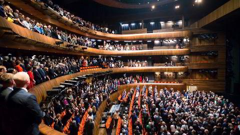 Når koronapasset kommer, kan vi privilegerte kanskje haste forbi den gemene hop i køer til restauranter, teater og operaen, skriver artikkelforfatteren. En fullsatt sal under Operaens ti-årsjubileumsforestilling i Oslo.