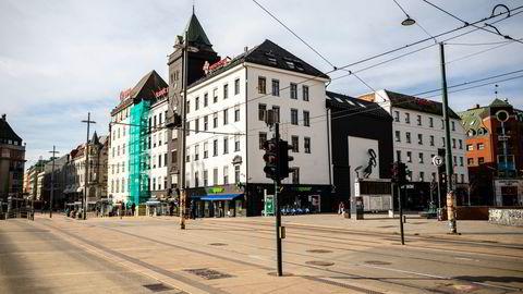 Gårdeiere er tjent med å ha «ellers lønnsomme» leietagere til stede når økonomien åpner opp igjen, skriver Gisle J. Natvik. Jernbanetorget i Oslo 23. mars i fjor.