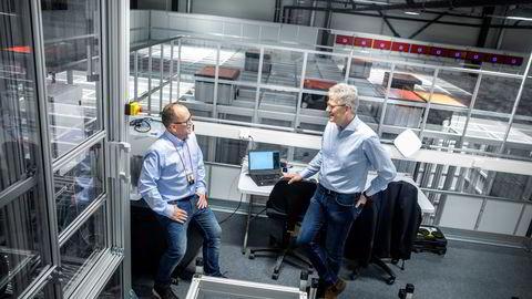 Det svinger på toppen av Autostore. I selskapets nye testsenter testes selskapets robotsystem under alle forhold. Produktsjef Ivar Fjeldheim (til venstre) og konsernsjef Karl Johan Lier har kastet jakkene i varmen på 35 grader.