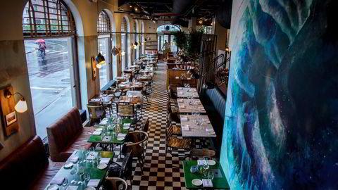 Jeg undrer på når professorene sist spiste på restaurant, skriver Kjersti Aastad. Smått med professorer ved bordene her.