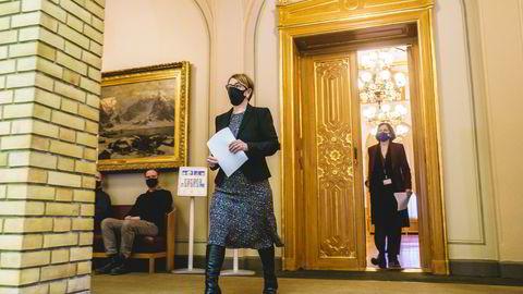 Stortingspresident Tone Wilhelmsen Trøen og Stortingets direktør, Marianne Andreassen, møter pressen i vandrehallen, etter at Stortinget igjen er rammet av dataangrep.
