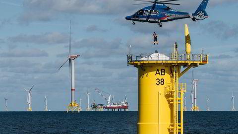 Bunnfast vindkraft vil alltid dra på kostnader som skyldes at mye installasjonsarbeid gjøres offshore. Flytende turbiner kan settes sammen innaskjærs og slepes til havs, skriver John Olav Giæver Tande. Illustrasjonsfoto: Arkona-parken i Østersjøen, bunnfast, igangsatt av Equinor og E.on.