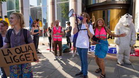 Extinction Rebellion aksjonerer utenfor lokalene til Olje- og energidepartementet mandag. Miljøaktivistene har varslet en rekke aksjoner i Oslo denne uken og begynte i Frognerparken mandag morgen.