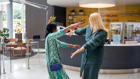 Etter et halvt år som kolleger får endelig nyansatte Erle Kristin Wagle (til høyre) møte kollega Durga Parameswari ansikt til ansikt. – Først nå begynner jeg å tenke på om det var lov å klemme. Det føltes så rett og naturlig. Det var så gledelig at vi måtte bare omfavne hverandre, sier Wagle.
