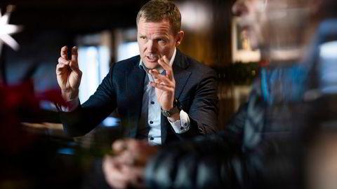 Roger Espeli mener nedstengningen i alle kommunene i Viken er både unødvendig og urettferdig. Til høyre investor og hotelleier Pål G. Gundersen.