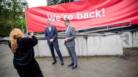 Konsernsjef Jacob Schram (til høyre) og finansdirektør Geir Karlsen i Norwegian markerer at selskapet er reddet.