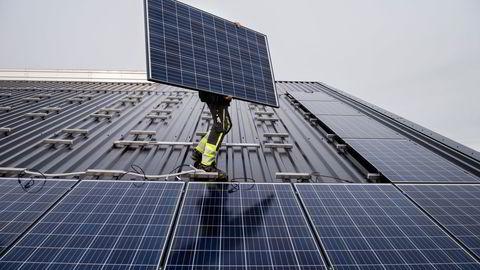 Sol kan overraske, og Rystad Energys 1,5-graders globale scenario ser vekst på størrelse med vind, skriver artikkelforfatteren.