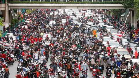 Store folkemasser demonstrerte mot thailandske myndigheters håndtering av koronapandemien i helgen.