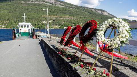 Blomsterkranser på Utøykaia før niårsmarkeringen av terrorangrepet. Mange overlevende ønsker et politisk oppgjør ti år etter.