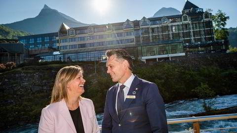 Monja og Sindre Mjelva, fjerdegenerasjons eiere av Union Hotel Geiranger, mangler et 30-talls utenlandske arbeidstagere for å kunne åpne hotellet.