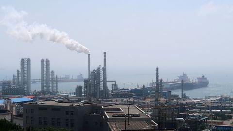 Nedstengninger i Kina som følge av deltavarianten bidro til å svekke global oljeetterspørsel i juli. Her er China National Petroleum Corporations raffineri i Dalian i Kina.