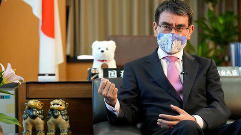 Tidligere forsvars- og utenriksminister Taro Kono har ledet arbeidet med å vaksinere japanere under pandemien. Etter en treg start var rundt 50 prosent fullvaksinerte ved begynnelsen av september. Kono leder meningsmålingene om å bli landets neste statsminister.