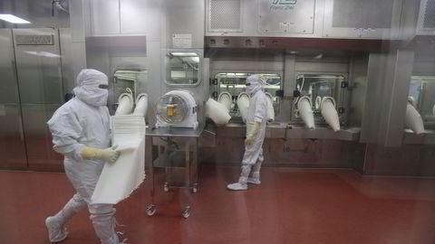 Serum Institute of India er verdens største vaksineprodusent. Indiske myndigheter har nedlagt forbud på eksport av koronavaksinen fra AstraZeneca, som produseres på lisens. Det byr på problemer med å finansiere en økning av produksjonskapasiteten.
