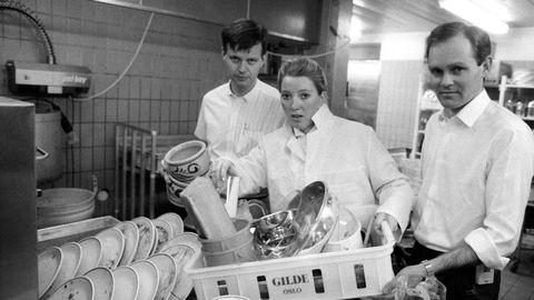 Lønnsoppgjøret 1986 ender i lockout og den største arbeidskonflikten i Norge siden 1931. Direktørene ved SAS-hotellet måtte ta sin tørn i oppvasken.