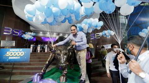 Ballongene var klare og Mumbai-børsen i India gjorde seg klar til feiring da hovedindeksen Sensex i noen minutter passerte 50,000-nivået for første gang den 21. januar. Nå venter investorer på at indeksen skal avslutte en full handelsdag på over den psykologiske viktige grensen.