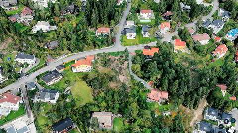– Det er et fantastisk område nær Nordmarka. Noen vil si det er for høyt oppe, jeg synes det er strålende, sier Jan Petter Sissener. Eiendommen er det ubebygde feltet midt i bildet og er på romslige 2,8 mål.