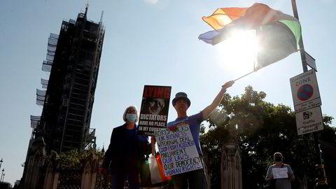 EU-vennlige demonstranter stilte seg opp nær Parlamentet i London mandag i protest mot regjeringens lovforslag som inneholder punkter i strid med utmeldingsavtalen.