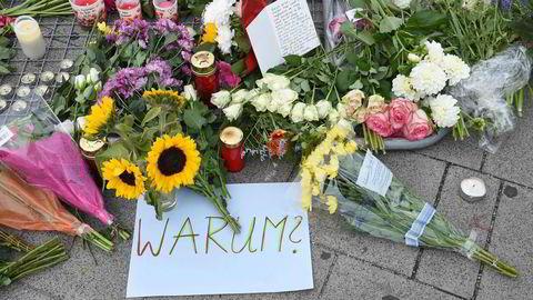 Hvorfor? spør en som lagt ned blomster etter et islamistisk terrorangrep i München i 2016.