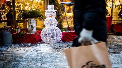 – Det er overraskende hvor mye ekstra vi bruker, sier Ine Oftedal i DNB om årets julehandel.