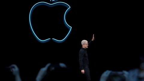 Norske medieselskaper har lykkes best i verden med digitale abonnementer. Men de møter en fartshump i Apple, som krever provisjon på kjøp av abonnement, skriver Ingeborg Volan. Her Apple-sjef Tim Cook.