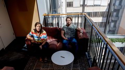 Mange bedrifter har enklere behov enn det advokatfirmaene sikter mot, ifølge gründeren bak AI-advokat Lexolve, Merete Nygaard (til venstre), tidligere forretningsadvokat. Her sammen med teknologen Sverre Sundsdal.