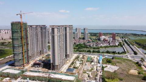 Aktiviteten har stanset opp ved eiendomsprosjekter over hele Kina i regi av eiendomsselskapet Evergrande på grunn av likviditetskrisen, som her fra Suzhou i Jiangsu-provinsen. Selskpaet kan havne i mislighold denne uken. Aksjekursen er i fritt fall og falt med nesten 20 prosent mandag morgen ved Hongkong-børsen.