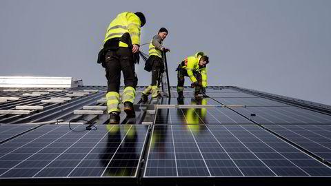 Prisen på solceller og elbilbatterier har falt med 90 prosent på 10–15 år. Prisfallet skyldes industrialisering og konkurranse, men driveren er at stater har skapt markeder for teknologiene, skriver Marius Holm.
