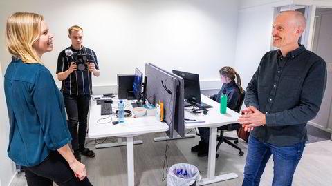 Line Suhr Johansen og Marius Jørgensen fant kjærligheten i en nettbutikk i Oslo. Sammen driver de gasellebedriften Nettrakett som nylig åpnet avdelingskontor i Tromsø. – Vi har alltid jobbet sammen – vi møttes jo på jobb. At vi både bor og jobber sammen går veldig godt, sier Line Johnsen. I bakgrunnen videoprodusent Mikael Utsi og digitalmarkedsfører Silje Elde.