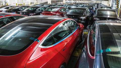 Tesla, som selger om lag én prosent av verdens biler, er verd mer enn de ni andre største bilselskapene til sammen, skriver artikkelforfatteren.