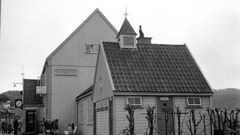 Denne gangen skulle det rapporteres om forsinkelser mot Nordagutu, fordi signalanlegget viste juletremodus ved Meheia, skriver artikkelforfatteren. Sørlandsekspressen lot vente på seg.