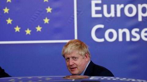 Statsminister Boris Johnson pusher intenst på for å få flertall for sin brexitavtale i parlamentet lørdag. Her forlater han Brussel etter å ha kommet til en enighet med EU.